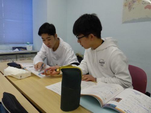 公開授業で友だちとグループ学習中