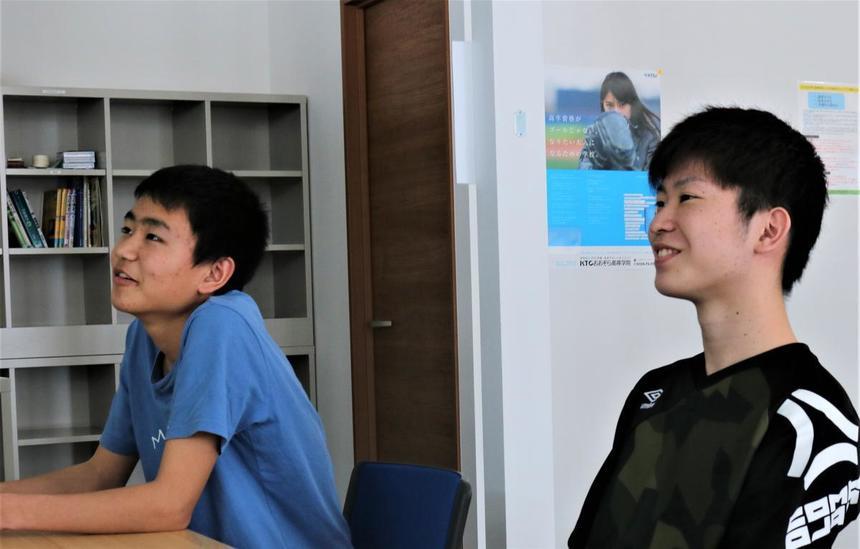 初めて学校の説明会に来た時と比べると笑顔も自然体ですね・・・。