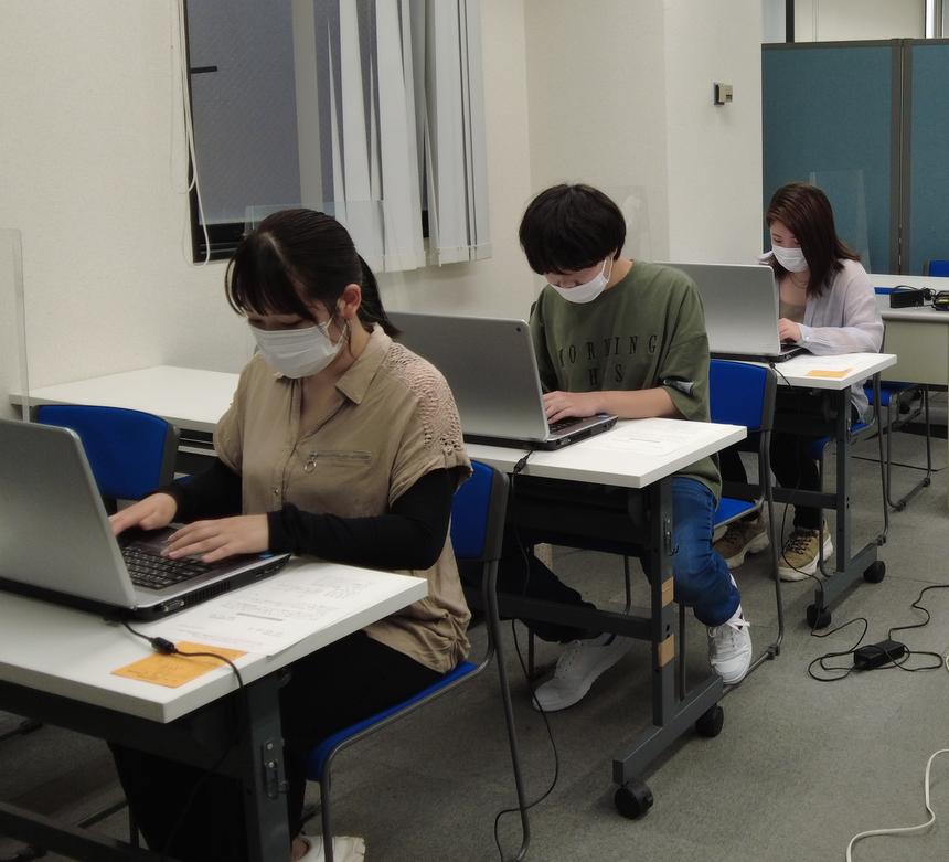 パソコンに向かう生徒