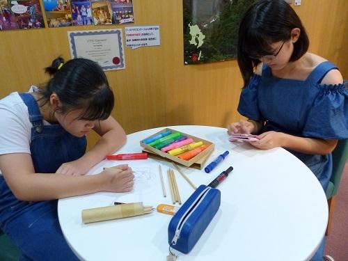 二人ともイラスト作成に集中しています!