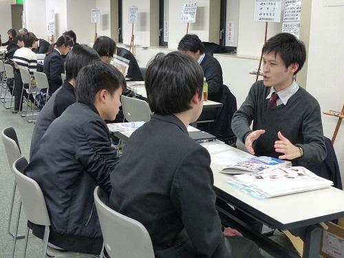 生徒たちは各ブースにて興味のある学校の特色や、入試方法などを聞いてまわりました。