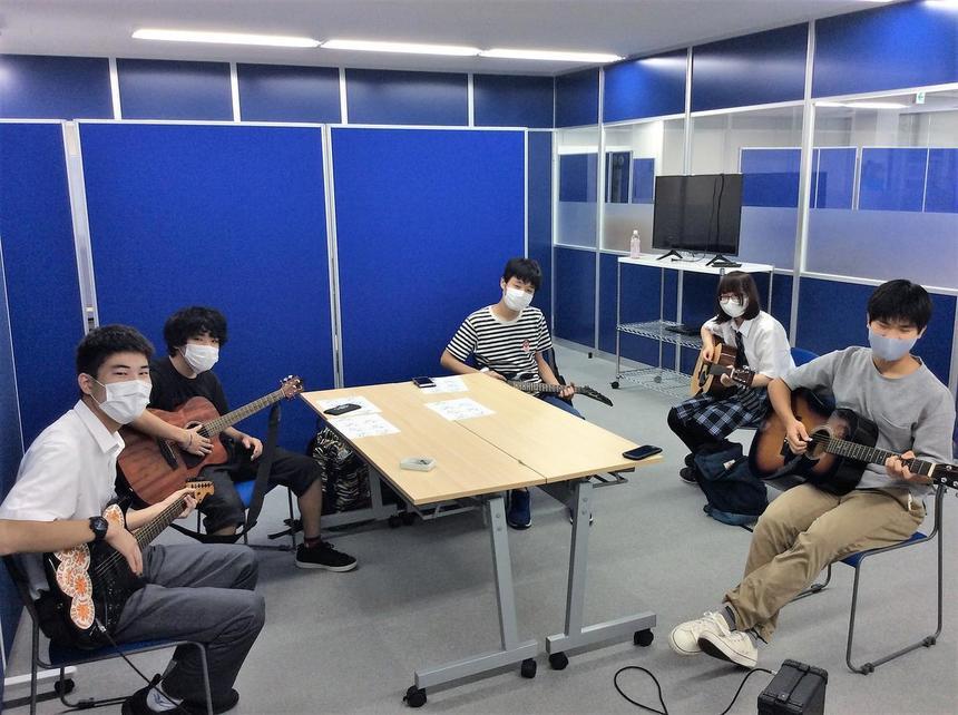 みんなでギターを弾くと楽しいね♪