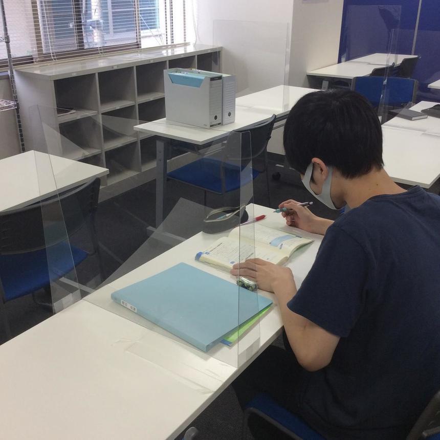 ディスタンスを保ちながら勉強に励んでいます。
